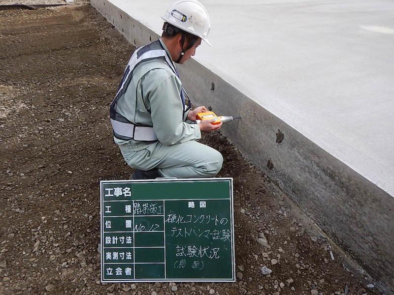 硬化コンクリートのテストハンマー強度試験